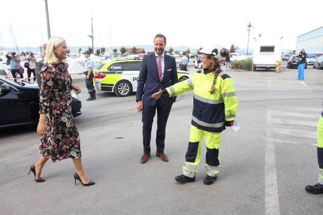 Kronprinsparet ble tatt imot av fabrikksjef Anneli Finsrud Nesteng.