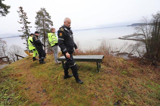 Politi, brannvesen og fagkyndige fra Tønsberg kommune rykket ut til rasstedet. Politiets innsatsleder Rune Andersen i front på bildet.