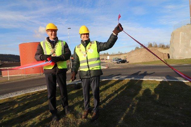 Endelig! Ordfører Alf Johan Svele og fylkesordfører Rune Hågsnes åpnet den nye rundkjøringen.