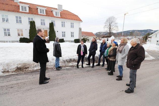 Ved herredshuset: Fra venstre: Guide Alf Johan Svele (H), Sindre Stang (H), Kristine Flåtten (Ap), Aleksander Leet (H), Bernt Bonden (Sp), Aud Gunnestad (Ap), Paul Gregersen (Sp), Ellen Stampe (H), Elin Gran Weggesrud (Ap) og Per Gerhardsen (Ap).
