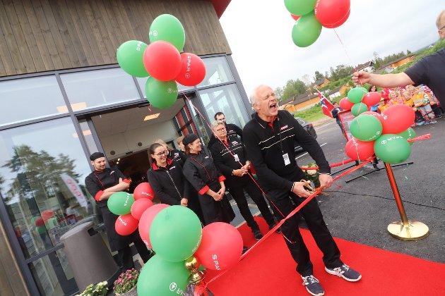 Endelig kunne kjøpmann Svein Pedersen slippe jubelen løs. Torsdag åpnet Spar ny butikke i Sundbyfoss.