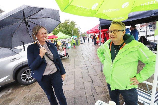 Arbeiderpartiets ordførerkandidat, Elin Gran Weggesrud tok gjerne i mot en nystekt Venstre-vaffel fra Henning Nilssen, 1. kandidat for Holmestrand Venstre.