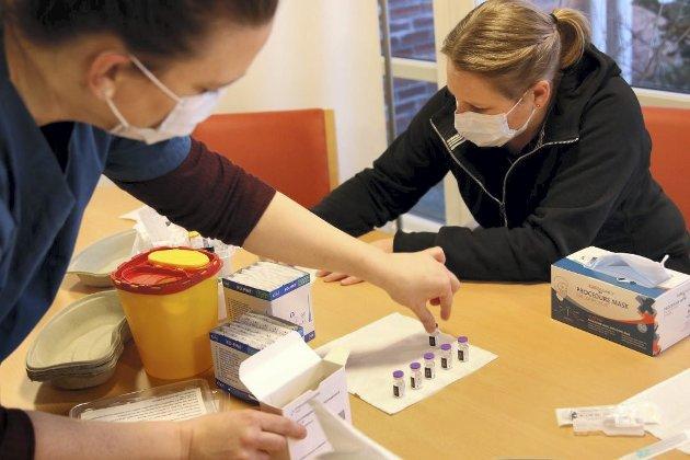 Vaksine: Inger Kathrine Leikaas Bringaker og Camilla Norum gjør alt klart for vaksinering i Sande. Foto: Ingunn Håkestad Bråthen