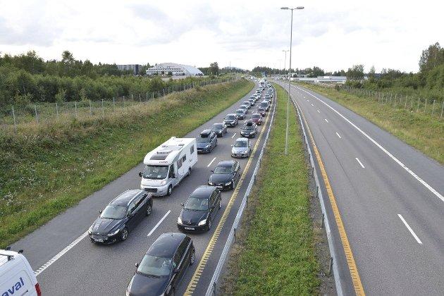 Ut på E6: Skulle Gro Anita Klemetsdal kjørt bil for å besøke sin søster er det 22,5 timer en vei, uten stopp. Foto: Romerikes Blad