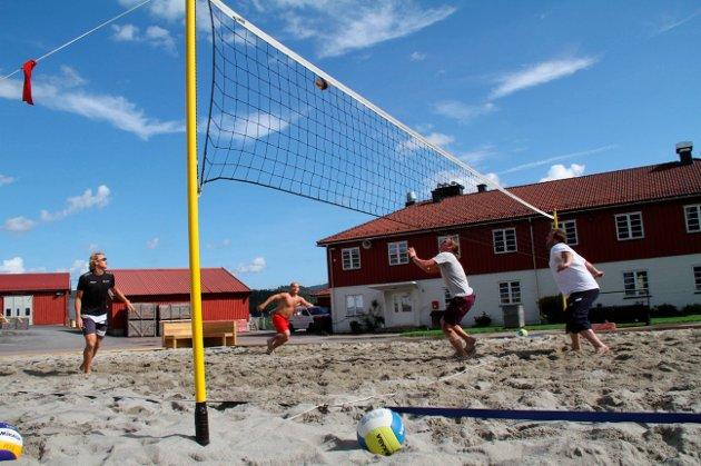 Fasiliteter: Kjøperen av tidligere Hof fengsel får også en sandvolleyballbane med i handelen. Foto: Pål Nordby
