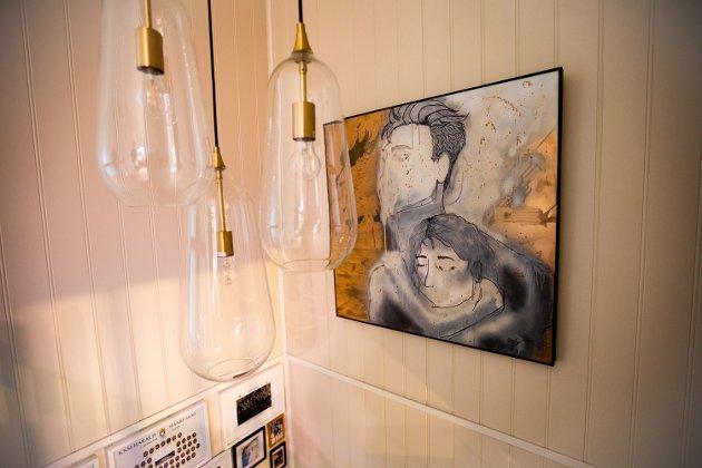 I trappen opp til andreetasje har paret hengt opp tre lamper i ulik høyde, samt et lerret som Viken har malt selv over et gammelt bilde. Se neste bilde for å se hvordan det så ut da hun kjøpte det.