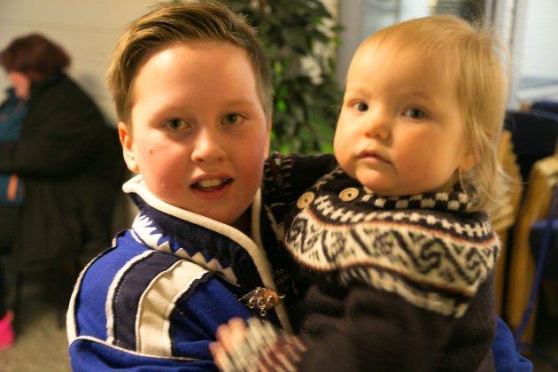BARNEPASS: Ailo Magga (11) passer på lillesøster Johanne (1).