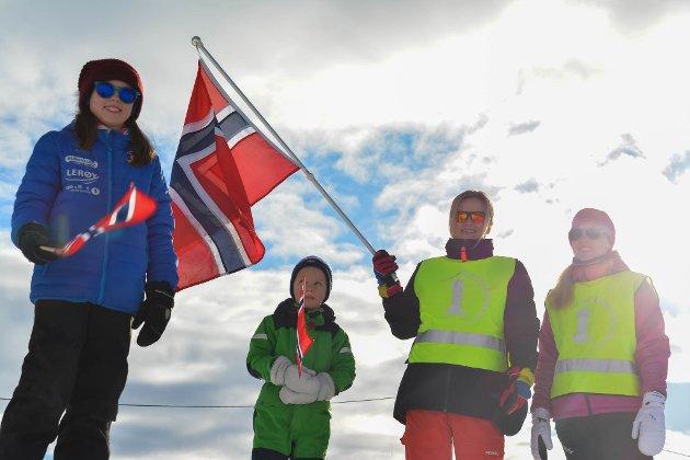 HEIAGJENG: Julie Sjøkvist Karlsbakk (t.v), Leo Øien Michelsen, Birgitt Ingebrigtsen og Lise Mientervi var med som heiagjeng på lørdag.