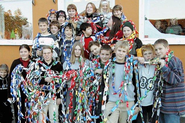 1999: 7. klasse ved Årø skole har laget en julelenke på 256 meter.