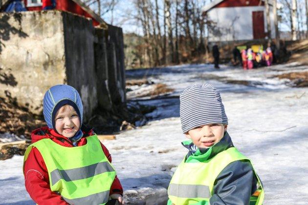 BARNEHAGEDAGEN: Disse to barna er med og koser seg på barnehagedagen.