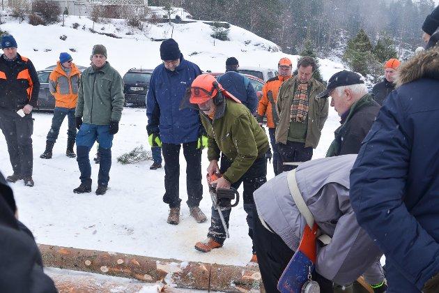 Vert Abraham Sørdalen demonstrerer hvordan han kapper med motorsaga.