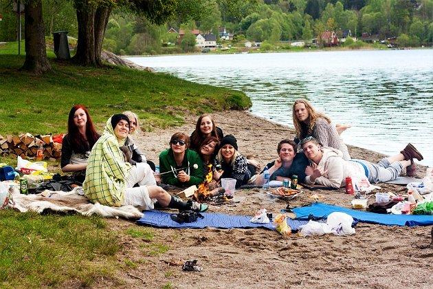 Kronikkforfatteren i svart skjorte til høyre sammen med klassekamerater fra videregående på telttur. En tid det er lett å lengte tilbake til.