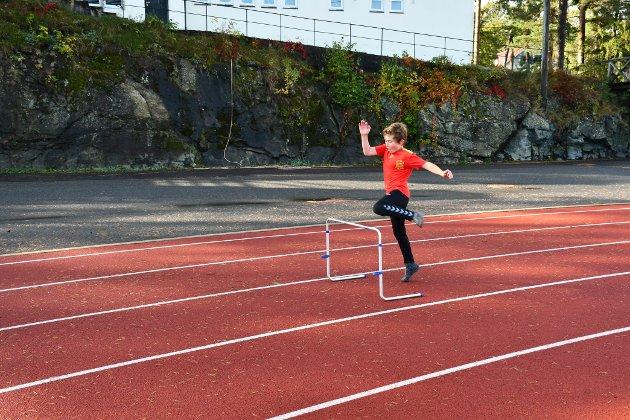 HOPPE HØYT: Nicolas Birkeland Puertas må hoppe høyt for å komme over hekken.