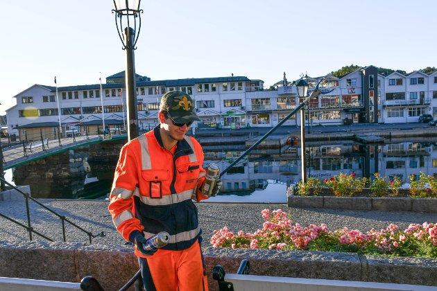 FULL ØL BOKS: Nikolai Waack fant en full øl boks blant blomstene på Lilletorvet.