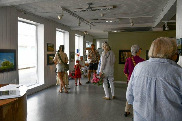 MANGE: Det var mange som møtte opp på åpningen hos Kragerø Kunstforening.