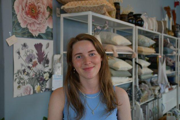 H. EVENSEN: Julie Stordalen er 22 år gammel og studerer i Bergen. I sommer jobber hun for andre gang hos H. Evensen. Det var venninna hennes som gjorde at hun fikk jobben:  - Jeg trengte jobb, og de trengte noen som kunne hjelpe, smiler Stordalen.  Noe av det hun liker mest med jobben, er at hun får jobbe med interiør, som hun også er veldig glad i.