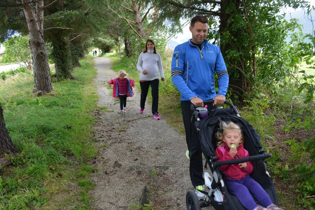 Endre Teigen og Cecilie Romslo var blant deltakarane som gjennomførte årets SØRAL-løp. Dei hadde med seg døtrene Hermine og Olivia, og i magen bar Cecilie på ein liten krabat.