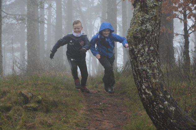 Noah Smith og Edvard Andre Ingvaldsen spring på Kaldestadåsen.