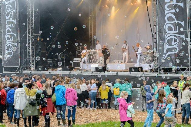 Her får du eit gjensyn med artistane som spelte på Festidalen 2017 fredag 4. august. Daniel Kvammen med band fekk æra av å opna showet.