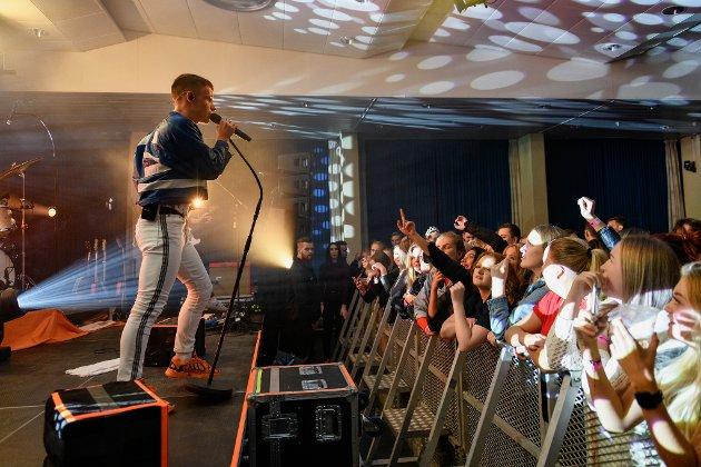 Lars Martin Teigen har teke desse bilda frå Sondre Justad-konserten på Husnes i går.Det var strålande liv, og Justad sjarmerte som alltid.