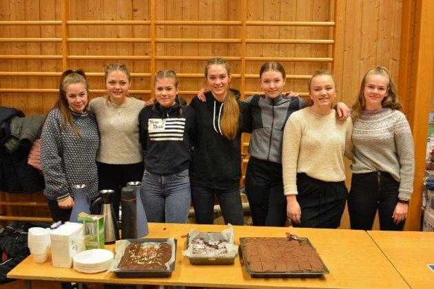 Jentene som arrangerte loppemarknad til inntekt for volleyballtur til Estland: Hanne Lene Tofte, Martha Saghaug, Anniken Røssland, Kristine Eikemo Røstbø, Frida Nilsen, Sofie Solheim Sjo og Anna Krossøy.