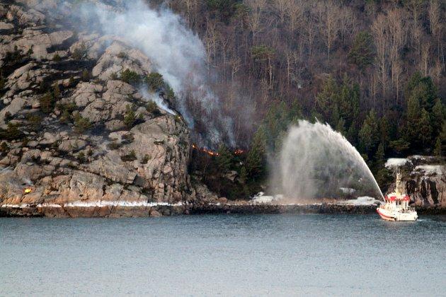 Ein brannbåt i sving med å sløkkja ein lyngbrann. Arkivfoto: Terje Næss / NTB Scanpix