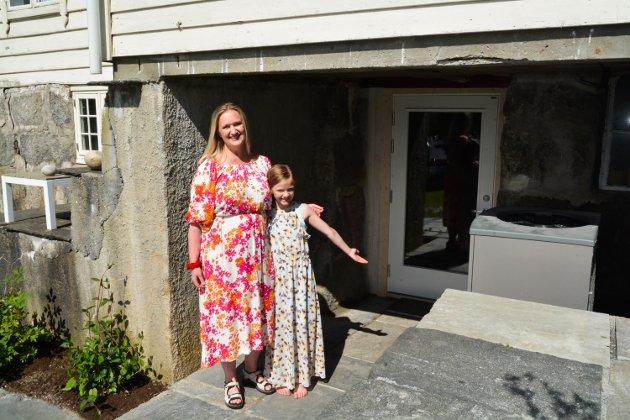 VELKOMEN INN: Mari Mehl (40) og dottera Ingebjørg (9) ynskjer velkomen inn i familien sin pizza-kjellar i Rosendal.