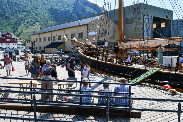 På Skålakaien kunne ein kjøpa lodd og høyra Ingebjørg Eik og Bjarne Øymyr underhalda frå Gurine.