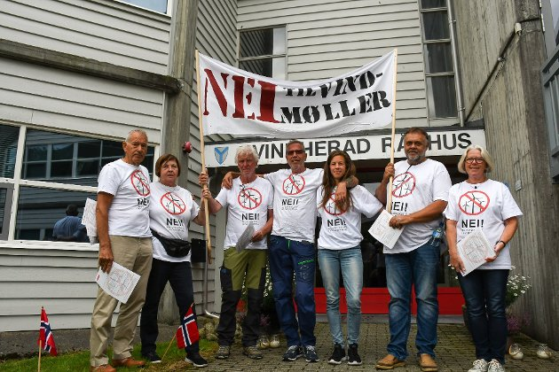 Her frå då aksjonsgruppa  «Nei til vindmøller i Kvinnherad» demonstrerte utanfor Rådhuset i Rosendal før eit formannskapsmøte i august i fjor. (Arkivfoto).