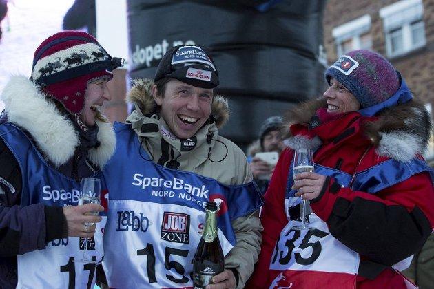 LYKKELIG: Ole Sigleif Johansen feirer sammen med Sissel Vollan (T.v.) og Elisabeth Edland etter målgang i Alta.foto: finnmarksløpet