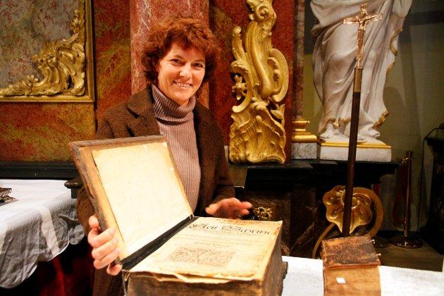 ELDSTE: Claudia kasin med den eldste bibelen som er  utlånt fra privatpersoner til denne utstillingen.