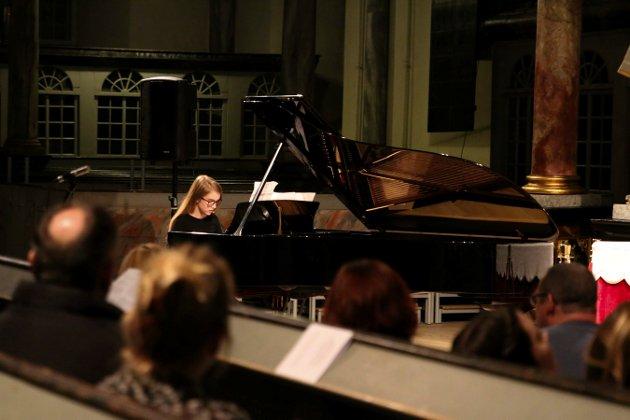 Unge musikere fra musikklinja på Kongsberg videregående og Kongsberg kulturskole inviterte til konsert i Kongsberg kirke.