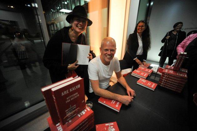"""Siv Lakou er stor fan av Are Kalvø. Derfor sørget hun også for å få sitt eksemplar av boka """"Hyttetur fra helvete"""" signert av forfattaren sjølv."""