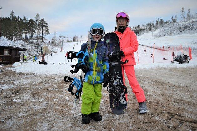 AKTIV GJENG: Matheo Hostvedt Nymoen (8) og Malin Hostvedt Nymoen (11) har ventet lenge på første åpningsdag i bakken. De er begge aktive i KIF Snowboard og syntes det var deilig å endelig få snø under beina igjen.  - Superpositivt at Skisenteret har fått i gang heisen. Selv om det kun var familieområdet som ble åpnet så er det noe spesielt med første dagen på brett denne sesongen, sier pappa Jostein Nymoen
