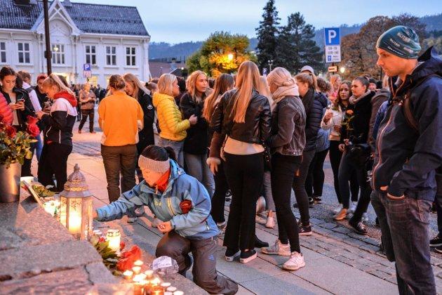 LYSMARKERING: Folk samlet seg på Kirketorget i oktober etter flere selvmord blant unge.