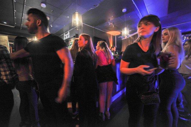 TILSTEDE: En etter en kom stripperne til nattklubben Argus på hotell Grand i Kongsberg sentrum.
