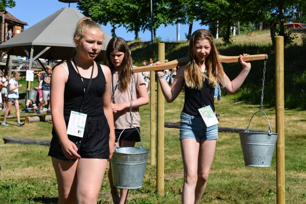 Energikampen. Labro. Natalie Stenersen, Gamlegrendåsen skole bærer vann.  Foto: Mona Sandviken