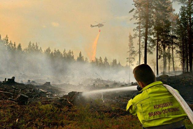 Skogbrann Gamlegrendåsen helikopter brann Erik Skibrek Lien FOTO: JAN STORFOSSEN