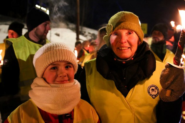FAKKELTOG: Demonstrerte mot bommen på Meheia. Ordfører Kari Anne Sand gikk sammen med Eli Ann (10) som dagen før hadde sagt hva hun mente på talerstolen i kommunestyret. Foto: Stine Ljungquist Knudsen