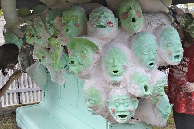 SANGKOR: 40 gipsmasker utgjør et sangkor på skulpturen.