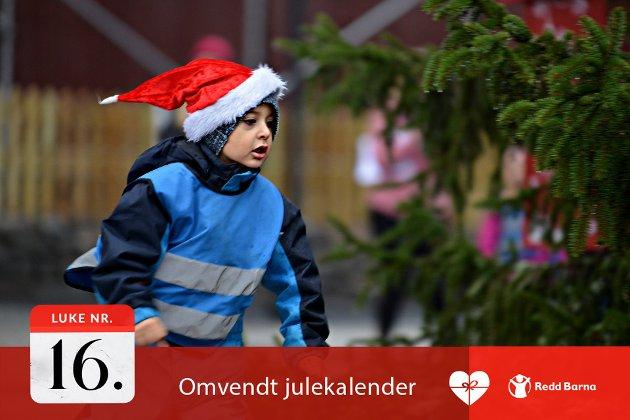 I FARTA: Aaron (4) var én av ungene i Sølvstuffen barnehage som løp rundt juletreet på Kirketorget til inntekt for Lps julekalender. Han visste godt hvorfor: – Vi løper og tjener penger, sånn at andre barn kan ha det bra!