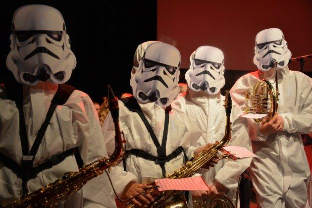 TROPPENE KOMMER: Tranby skolekorps stilte i flotte kostymer under showkonserten forrige søndag.