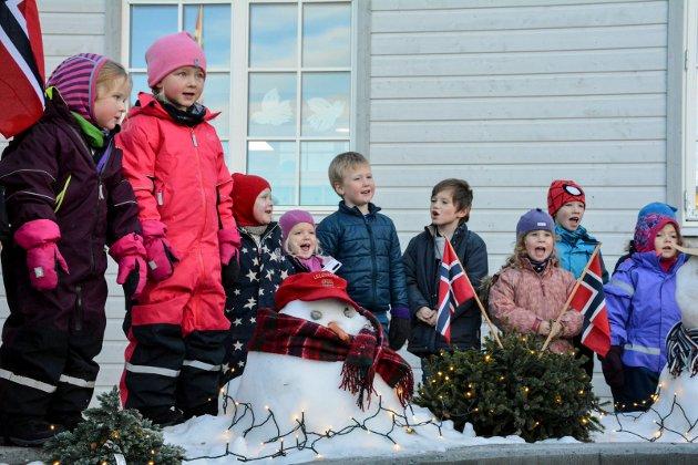 SANG FOR GJESTENE: Barna sto for underholdningen under åpningsfesten på Valstadhaug.