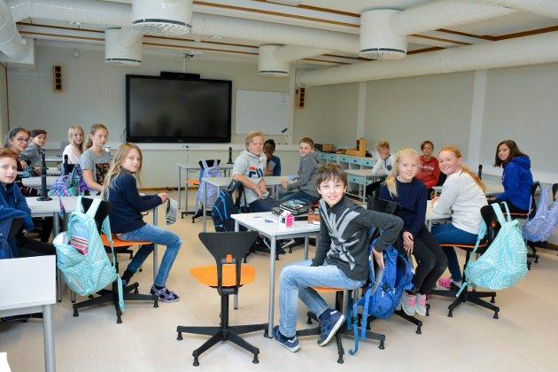KULT MED STORSKJERM: Elevene i 7C synes både nye møbler, bedre ventilasjon og ikke minst den nye storskjermen er helt topp.