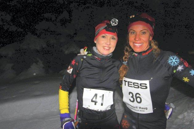 De to raskeste i dameklassen. Liung Henriette Sand (til v.) og Carina Kristiansen fra Mjøndalen var de to raskeste i dameklassen i Natthauern.