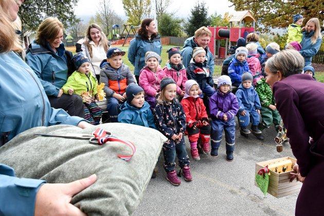 Onsdag markerte barnehagen at den skifter navn til Merikroken bygdebarnehage. Ordfører Gunn Cecilie Ringdal var med å klippe snor, dele ut nye t-skjorter til barn og genser til de ansatte. Samt avduke det nye skiltet med den nye logoen.