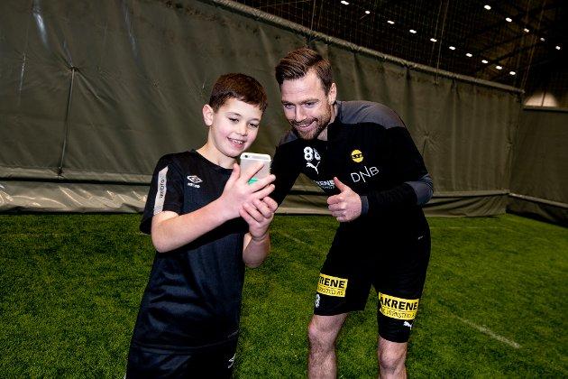 Martin Strøm (10) med Arnor Smarason.