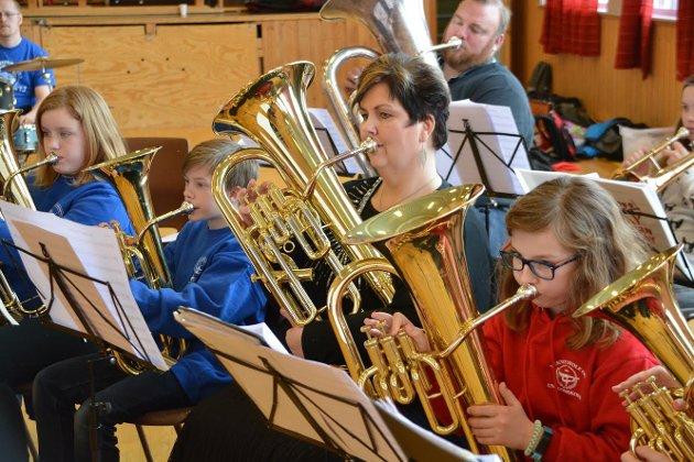 Sammen: Konsentrerte musikanter fra fem Lofotkorps øvet sammen.