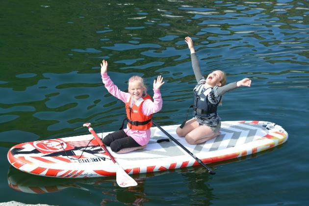 Tiåringene Emine Grøterud Jacobsen (t.h.) og Ronja Sofie Berg, storkoste seg på den 24. utgaven av Ballstaddagan. Se bildene som vår fotograf Geir Inge Winther tok lørdag.