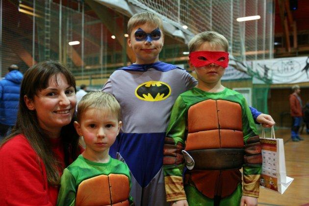 Liv Marit Rist, Kristian og Leon Emil er Ninja Turtles og Isak Olai Batman. - Det er tredje året vi er her. Dette er et helt supert arrangement, synes Liv Marit. Dette er en og en halv time med ren glede for ungene.